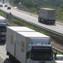 Un camion perd une roue sur l'autoroute et provoque un accident avec un blessé